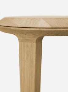 """Leichtigkeit für's Massivholz - dafür sorgt eine Fase, """"eine """"Licht- und eine Schattenkante"""", die Trennung von Platte und Unterteil."""