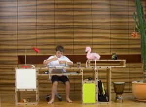 Das JUSIGN MÖBEL ist alles und alles in einem: Funktional, praktisch, nachhaltig und verwandelbar. Anfangs z.B. ein Tisch, lässt sich daraus auch u.a. ein Bett basteln. Foto: JUSIGN GmbH