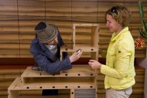 Die Möbelbausteine werden mittels JUSIGN-Verbindung einfach zum – immer wieder neuen - Wunschmöbel zusammengestellt. Foto: JUSIGN GmbH