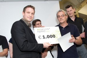 Clemens Schober (Kapsch Traffic Com AG) und Josef Pfeiffer (Hauptpreisträger und Preisträger in der Kategorie Haushalt & Wohnen; Projekt Altstoff Buch als Werkstoff). Foto: © Jana Madzigon / artista.at