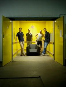 Der FX10 bereichert die Sammlung des Hofmobiliendepot • Möbel Museum Wien und wurde persönlich von Stefan Polzhofer (CEO NWW; l.) und Thomas Feichtner (Designer; r.) übergeben. Foto: ©Feichtner