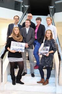 """Die Preisträgerinnen Anna Dähne (Projekt """"Reset"""") (li.) und Jennifer Hier (Projekt """"Trias"""") (re.) mit den Jury-Mitgliedern. Foto: Création Baumann"""