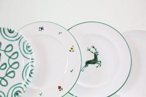 """Die klassischen Designs """"Grüngeflammt"""", """"Streublume"""" und """"Hirsch""""... Foto: Gmundner Keramik Manufaktur"""