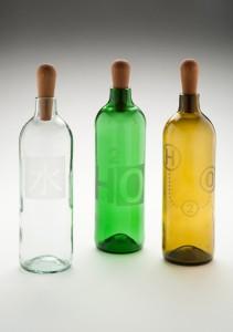 """Wasserflasche """"Vesi"""" – überarbeitete Versionen. Design: Jukka Isotalo, 2013. Material: Italienische Weinflaschen und Birke. Foto: Timo Syrjänen"""