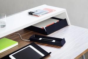 Praktische Accessoires wie ein multifunktionales Panel aus Metall oder Ablageboxen sorgen für Ordnung im und am Tisch. Foto: Thonet