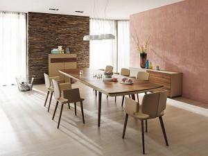 """Der ausgezeichnete Tisch """"flaye"""" in Kombination mit den Stühlen """"aye"""" – ein formschönes, stilvolles, preisgekröntes Duett. Foto: TEAM 7"""