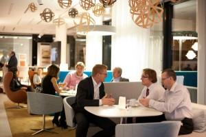 Die Branche gab sich ein Stelldichein und genoss informative Gespräche im Bene Schauraum in Wien. Foto: Bene AG/Andrea Hirsch