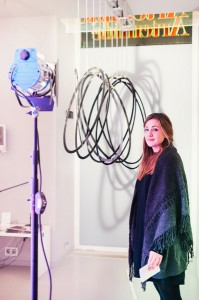 """Die Gewinnerin Johanna Riedl vor dem Gewinnerprojekt """"Schattenspiel"""". Foto: Artemide / Fotograf Stefan Fürtbauer"""