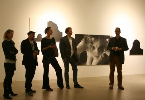 """Die Ausstellung """"B R U C H"""" im stilwerk Wien zeigt die Arbeit der vier Künstler Claudia Schumann, Christoph Mayer, Niclas Anatol und Rosa Roedelius. Mag. Dr. Leo Hemetsberger eröffnete die Vernissage mit spannenden Ausführungen. Foto: WOHNDESIGNERS"""