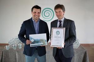 Der Design Award der Gmundner Keramik ist entschieden. Gewinner Stefan Öhlinger mit Gmundner Keramik-GF Jakob von Wolff. Foto: Gmundner Keramik Manufaktur
