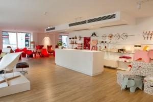 750 m2 Vitra-Vielfalt – von Home über Accessoires bis zu Office-Lösungen - warten. Foto: © Pia Odorizzi für Vitra
