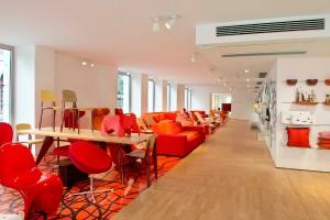 """Im """"Home & Retail""""-Bereich wird die Vitra-Welt umfassend präsentiert und lebendig inszeniert. Der Bereich """"Lab"""" ist Hotspot für Materialitäten und damit Architekten. Foto: © Pia Odorizzi für Vitra"""