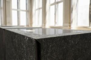 Ein Highlight sind die Kanten, die alle auf Gehrung gearbeitet sind – eine besondere Challenge bei Stein, perfekt umgesetzt von steininger.designers. Foto: steininger.designers GmbH