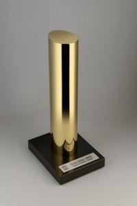 Die einzigartige Trophäe, designt von Barber & Osgerby, geht an mischer'traxler. Foto: BE OPEN Young Talent Award