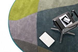 Zwei Designs, zwei Formen, zwei Größen, unterschiedliche Farbkombinationen – mit den Teppichen zieht Style im Büro ein. Foto: © Bene AG