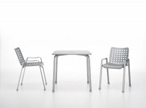 """Stuhl """"Landi"""" und Tisch """"Davy"""" von Vitra. Foto: Vitra AG"""