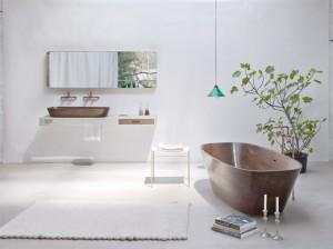 """Die Badewanne """"Shell"""" aus Massivholz, designt von Nina Mair und gefertigt von Forcher, mit Accessoires. Foto: Markus Bstieler"""