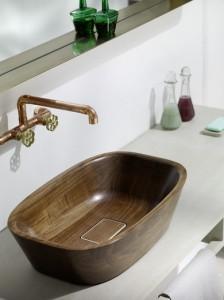 Neben der Wanne gibt es auch einen Waschtisch, beides aus genuinem, händisch geschliffenem und geöltem Nussholz. Foto: Markus Bstieler