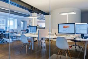 Die Tischleuchte sorgt für optimales Licht. Foto: BELUX AG