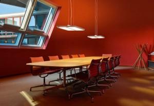Die Leuchtenfamilie glänzt über Tischen und sorgt für stimmiges Ambiente. Foto: BELUX AG