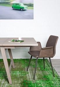 """Stylische Sitzkomfort-Kombi: Die """"Grey Maverick Selection"""" kombiniert Stuhl und Tisch in lässig-eleganten Grau-Varianten. Foto: KFF"""