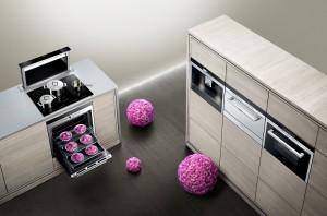 Mit modernen Geräten sorgt Siemens für Küchenstyle mit Wohnraumcharakter. So z.B. mit der versenkbaren Tischlüftung, die bei Bedarf aus der Arbeitsplatte ausfährt. Foto: Siemens