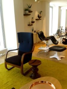 """Ebenfalls zu sehen: Hella Jongerius Neuinterpretation der Alvar Aalto Sessel 400 und 401 sowie des Stool 60 sowie der moderne Loungesessel-Klassiker """"Karuselli"""". Foto: WOHNDESIGNERS"""