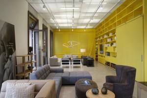 Auf 500 m2 wird hier Einrichten in allen Facetten gezeigt. Den Wohnraum prägt gediegene Gemütlichkeit à la NWW. Foto: © Neue Wiener Werkstätte