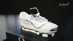 Die edle Wanne mit Schuhband als großzügigem Wasserzulauf wird aus Naturstein gefertigt. Foto: JUMA EXCLUSIVE