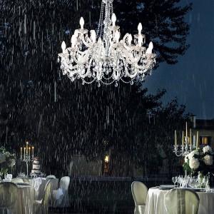 Die venezianischen Kronleuchter trotzen jedem Wetter und glänzen bei Regen. Foto: masiero, www.masierogroup.com