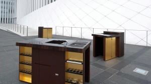 Hinter den Korpus-Oberflächen aus extravaganten Materialien wie Blattgold verbergen sich raffinierte Funktionen, Hightech und Stauraum. Foto: Nomad Kitchen