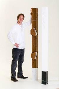 Michael Wieser mit seiner Uhrensäule – ein Mix aus Möbel und Kunstwerk. Foto: Michael Wieser/LIGNORAMA