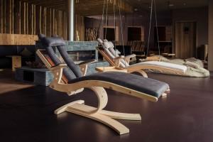 """Besonderes Relaxmöbel: Die Wellnessliege """"LL10"""" der Tiroler Tischlerei Luttinger. Foto: Tischlerei Luttinger"""