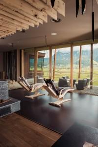 Hightech trifft auf Zirbenholz – die ergonomisch geformte Liege sorgt für Entspannung mit Schwerelos-Feeling. Foto: Tischlerei Luttinger