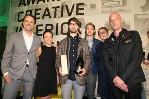 The winner is…: Gewinner Benedikt Kartenberg aus Wuppertal (Mitte), flankiert von Stefan und Karin Polzhofer (l.) sowie dem Designerduo ChmaraRosinke und Jörg Sürmann. Foto: © ROBIN CONSULT/Andreas Lepsi