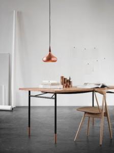 Design-Duett: Den Tisch Nyhavn von Onecollection, Design Finn Juhl, und die Leuchte Orient von Lightyears, Design von Jo Hammerborg, bringt Philipp Kuntze zusammen. Foto (Installation): Philipp Kuntze/ Qn'C