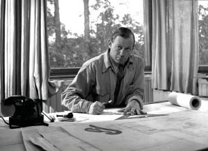 """Die Ausstellung """"Alvar Aalto - Second Nature"""" widmet sich dem Architekten und Designer. Hier: Alvar Aalto in seinem Atelier, 1945. Foto: © Alvar Aalto Estate / Alvar Aalto Museum; Foto: Eino Mäkinen"""