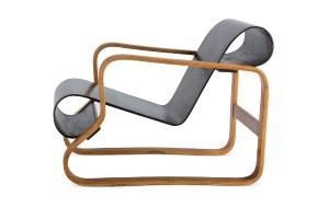 Der legendäre Architekt schuf architektonische Meisterwerke und vielbeachtete Möbel wie den Armlehnsessel N°. 41 (1932). Foto: © Vitra Design Museum, Foto: Jürgen Hans, VG Bild-Kunst, Bonn, 2014