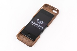 Smartphones wie jene von Apple kleidet Woodero in exklusives Gewand. Foto: Woodero GmbH