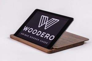 Auch iPads erhalten mit Woodero eine edle, praktische Hülle aus feinstem Massivholz. Das individuelle Branding sorgt für den persönlichen Look und Touch. Foto: Woodero GmbH
