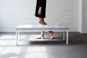 Die blickfang versammelt Designer und individuelle Produkte – und lädt zum Flanieren und Inspirieren, z.B. auch am Stand von Anna Badur (im Bild: Concrete Bench Stool der Designerin). Foto: © blickfang