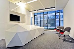 Für die Zentrale von ACP IT Solutions in Wien entwarf das Design-Atelier eine extravagante Empfangstheke. Foto: © VIENNA INTERIORS