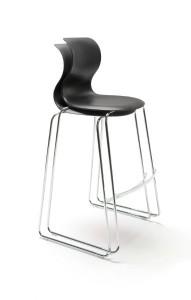 Neues High-Light: Ein stapelbarer Barhocker mit bekannter Sitzschale. © Flötotto
