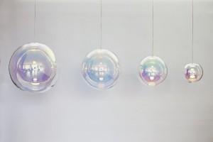 """Die Lampe """"Iris"""" aus traditionell mundgeblasenem Glas, veredelt mit einer neuartigen Beschichtung. © NEO/CRAFT/Sebastian Scherer"""