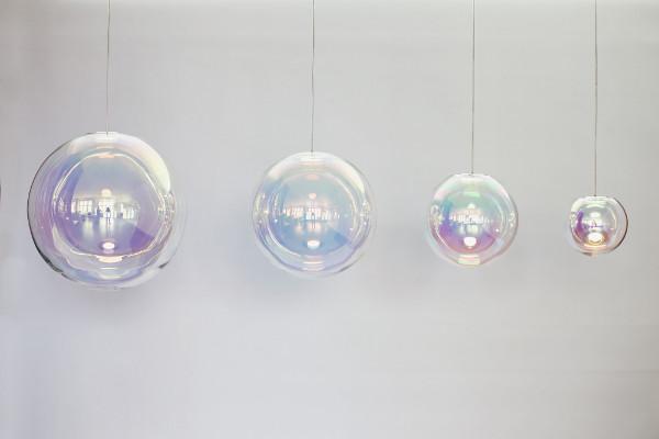 Die Lampe U201eIrisu201c Aus Traditionell Mundgeblasenem Glas, Veredelt Mit Einer  Neuartigen Beschichtung.