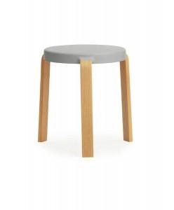 Designt von Simon Legald, ist der stapelbare Hocker mit Sitzfläche aus Formguss zugleich anders und vertraut. Foto: Normann Copenhagen