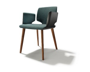 Der preisgekrönten Stuhl gibt es in Lederpolsterung sowie mit hochwertigen Stoffbezügen. Foto: TEAM 7