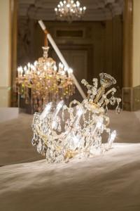 Aus 60 Tonnen Sand ragen acht Kristallleuchter aus unterschiedlichen Stilepochen. Foto: Vasku & Klug/ Preciosa Lighting