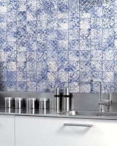 eyecatcher - nicht nur in der Küche und im Farbton Blu-Gocciolato. © Ceramiche Refin S.p.A