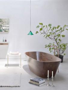 Vollholz in edlem Design – die Badewanne ist ein ganz besonderes Stück. © Markus Bstieler